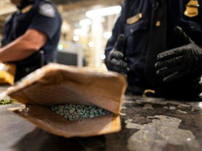 """Un paquet rempli de pilules estampillées """"oxycodone"""" découvert au centre de tri postal de l'aéroport John F. Kennedy, le 24 juin 2019à New York    Johannes EISELE [AFP]"""