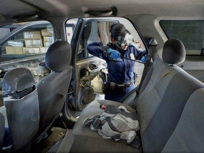 Une agente des douanes américaines cherche de la drogue dans un véhicule au poste-frontière californien de San Ysidro, le 2 octobre 2019    SANDY HUFFAKER [AFP]