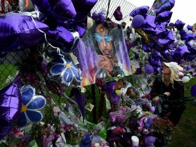 Un mémorial improvisé en hommage au musicien Prince, le 24 avril 2016 près de Minneapolis, après sa mort due à un médicament opiacé contrefait, contenant du fentanyl    Mark Ralston [AFP/Archives]