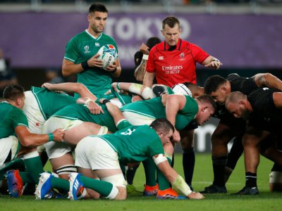 Le demi de mêlée irlandais Conor Murray (c) s'apprête à introduire en mêlée contre les All Blacks en quart de finale de la Coupe du monde, le 19 octobre 2019 à Tokyo - Odd Andersen [AFP]