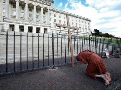 Une activiste anti-avortement manifeste devant le parlement nord-irlandais à Belfast, le 21 octobre 2019    PAUL FAITH [AFP]