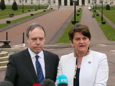 La leader du parti unioniste nord-irlandais DUP Arlene Foster et son numéro deux Nigel Dodds, devant le palais de Stormont à Belfast en mars 2017    Paul FAITH [AFP/Archives]