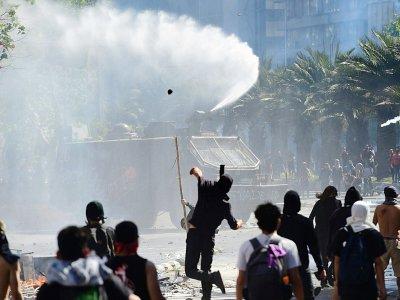 Affrontements entre manifestants et policiers anti-émeute, à Santiago le 21 octobre 2019    Martin BERNETTI [AFP]