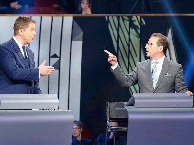 Yves-Francois Blanchet (à droite) et Andrew Scheer pendant un débat à Gatineau le 10 octobre 2019    Adrian Wyld [POOL/AFP/Archives]