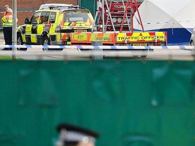 Des policiers britanniques entourent un camion dans lequel ont été découverts 39 corps, sur la zone industrielle de Waterglade à Grays (est de Londres) le 23 octobre 2019    Ben STANSALL [AFP]