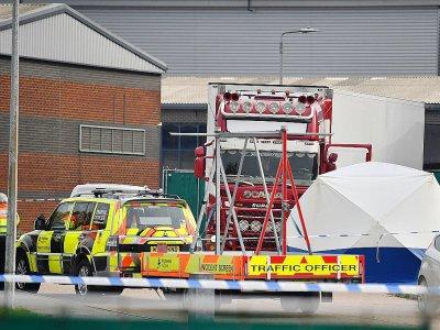 Des policiers britanniques gardent un camion dans lequel 39 corps ont été découverts, sur la zone industrielle de Waterglade à Grays, à 35 km à l'est de Londres, le 23 octobre 2019    Ben STANSALL [AFP]