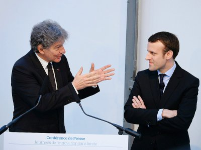 Thierry Breton, PDG du groupe Atos, et Emmanuel Macron, alors ministre de l'Economie, le 12 avril 2016 à Paris    ERIC PIERMONT [AFP/Archives]