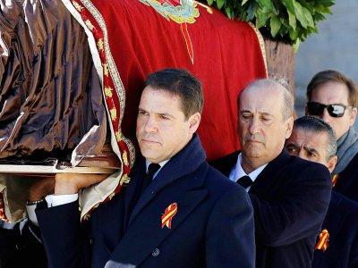 Des membres de la famille du dictateur Francisco Franco, dont le prince Louis Alphonse de Bourbon (G) et Francis Franco (C), transportent son  cercueil hors du mausolée du Valle de los Caidos près de Madrid, le 24 octobre 2019    Juan Carlos Hidalgo [POOL/AFP]