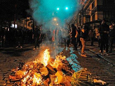 Des partisans de l'opposition se tiennent derrière un feu lors d'affrontements avec les forces de l'ordre à La Paz, le 24 octobre 2019    JORGE BERNAL [AFP]