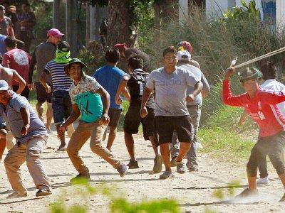 Des partisans du président Evo Morales affrontent ceux de son opposant Carlos Mesa (hors image) à Santa Cruz, le 24 octobre 2019    DANIEL WALKER [AFP]