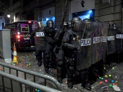 Des policers en position à Barcelone lors d'une manifestation pro-indépendantiste le 26 octobre 2019    Josep LAGO [AFP]