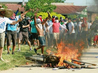 Des partisans de l'opposition à Evo Morales brûlent une moto à La Gardia, le 24 octobre 2019    DANIEL WALKER [AFP]