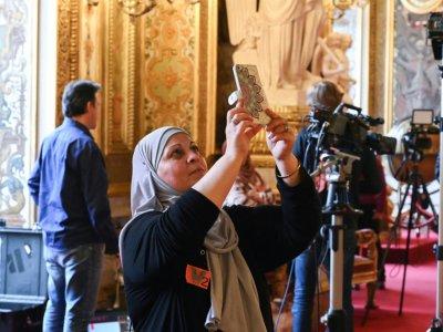 Selfie d'une femme voilée en visite au Sénat, lors du débat sur le port du voile pour les mères accompagnatrices de sorties scolaires    DOMINIQUE FAGET [AFP]