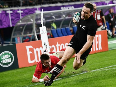 L'ailier des All Blacks Ben Smith s'échappe pour aller inscrire un essai contre les Gallois lors du match pour la 3e place du Mondial, le 1er novembre à Tokyo    Anne-Christine POUJOULAT [AFP]