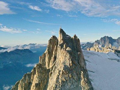 Vue aérienne de l'Aiguille du Midi et l'Arrete des Comisques, à Chamonix, le 18 septembre 2019    Eric Feferberg [AFP/Archives]