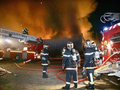 Des violences urbaines ont éclaté samedi soir à Chanteloup-les-Vignes (Yvelines) où des policiers ont été pris pour cible et un chapiteau de cirque incendié    PHILIPPE HUGUEN [AFP/Archives]