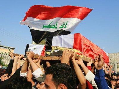 Des Irakiens portent le cercueil d'un manifestant tué près du consulat iranien de Kerbala, dans le sud de l'Irak, le 4 novembre 2019    Mohammed SAWAF [AFP]