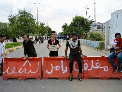 Des manifestants antigouvernementaux bloquent l'accès à un bâtiment officiel à Najaf, dans le centre de l'Irak, le 4 novembre 2019    Haidar HAMDANI [AFP]