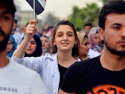 Une Irakienne brandit un drapeau national lors d'un rassemblement contre le pouvoir, à Hilla, au sud de Bagdad, le 7 novembre 2019 - Haidar HAMDANI [AFP]