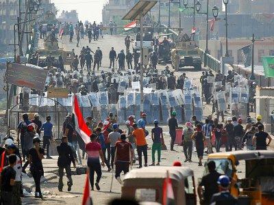 Manifestants antigouvernementaux et forces de sécurité se font face sur le pont al-Chouhada, à Bagdad, le 7 novembre 2019 - AHMAD AL-RUBAYE [AFP]