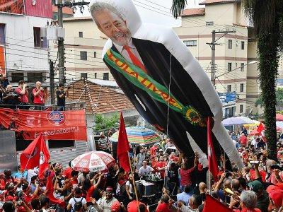 """""""Je suis libre pour contribuer à libérer le Brésil de cette folie qui se déroule en ce moment dans le pays"""", a déclaré Lula dans une vidéo sur Twitter au lendemain de sa libération    Nelson ALMEIDA [AFP]"""