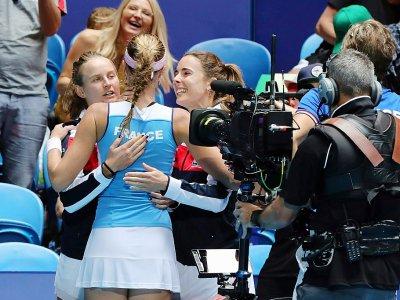 Kristina Mladenovic félicitée après sa victoire sur l'Australienne Ashleigh Barty en finale de la Fed Cup, à Perth, le 10 novembre 2019    Tony Ashby [AFP]