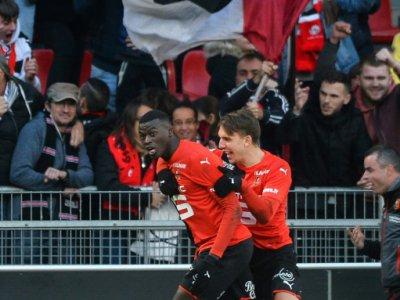 Mbaye Niang congratulé par Adrien Hunou, également buteur, a marqué pour Rennes face à Amiens, le 10 novembre 2019 au Roazhon Park    JEAN-FRANCOIS MONIER [AFP]