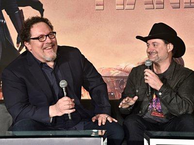 """Jon Favreau (G) et Dave Filoni, """"bras droit"""" de George Lucas, sont les producteurs exécutifs de """"The Mandalorian"""" pour Disney+, photographiés à Lo Angeles le 19 octobre 2019    Alberto E. Rodriguez [GETTY IMAGES NORTH AMERICA/AFP/Archives]"""