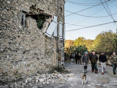 Des habitants du Teil (Ardèche) inspectent le 12 novembre 2019 les dégâts causés par le séisme de la veille    JEFF PACHOUD [AFP]