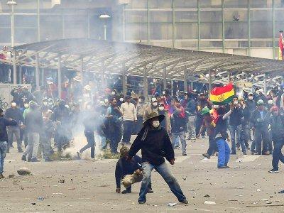 Heurts entre des partisans de l'ex-président bolivien Evo Morales et les forces de police à La Paz, le 13 novembre 2019    RONALDO SCHEMIDT [AFP]