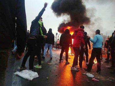 Des manifestants se rassemblent autour d'un feu à Téhéran en Iran, le 16 novembre 2019    - [AFP]