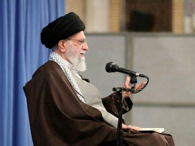 Photo fournie par le bureau du chef de l'ayatollah Khamenei le montrant lors d'une réunion avec des responsables religieux à Téhéran, le 17 novembre 2019    - [KHAMENEI.IR/AFP]