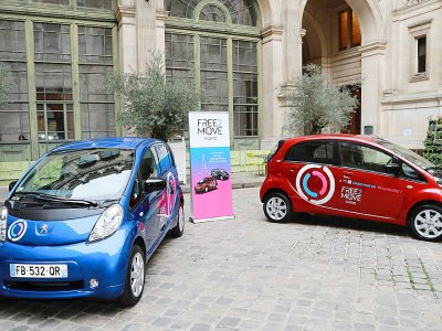 Voitures électriques en libre service Free2Move du groupe PSA, à Paris, le 29 novembre 2018    JACQUES DEMARTHON [AFP/Archives]