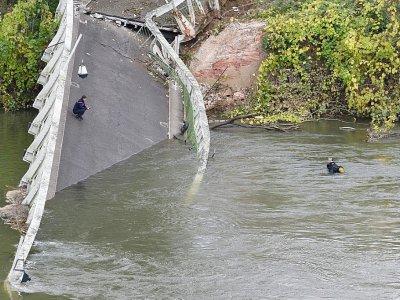 Le pont effondré près de Toulouse pourrait s'inviter dans le débat sur les infrastructures, à Mirepoix-sur-Tarn, près de  Toulouse, le 18 novembre 2019    ERIC CABANIS [AFP]