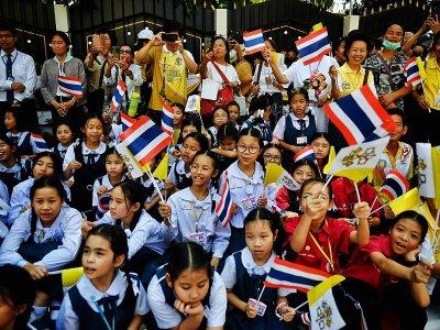 Des écoliers attendent l'arrivée du pape François, le 20 novembre 2019 à Bangkok, en Thaïlande    Lillian SUWANRUMPHA [AFP]
