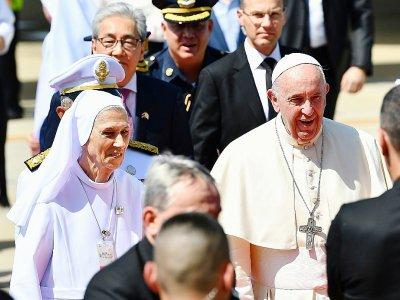 Le pape François est accueilli à son arrivée à Bangkok par sa cousine Ana Rosa Sivori (g), missionnaire depuis plus de 50 ans en Thaïlande, le 20 novembre 2019    Vincenzo PINTO [AFP]