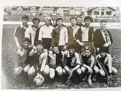 Gaston Toutain (3e en haut en partant de la droite) et son équipe    John Toutain
