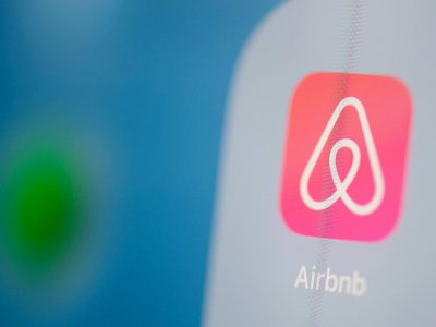 Logo de la plateforme américaine de location et de réservation de logements Airbnb, photographié le 24 juillet 2019 à Paris - Martin BUREAU [AFP/Archives]