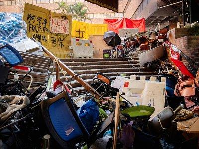 Des tables et chaises empilées pour former une barricade à l'intérieur de l'université polytechnique de Hong Kong, le 21 novembre 2019    NICOLAS ASFOURI [AFP]