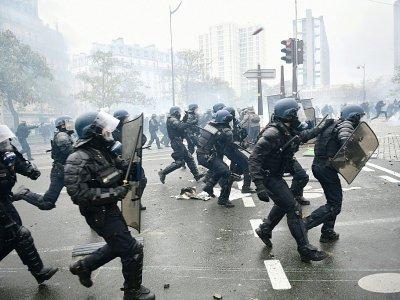 """Heurts entre policiers et """"gilets jaunes"""" lors d'une manifestation Place d'Italie, le 16 novembre 2019 à Paris    MARTIN BUREAU [AFP]"""