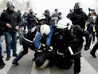 """Heurts entre policiers et """"gilets jaunes"""" lors d'une manifestation Place d'Italie, le 16 novembre 2019 à Paris    Philippe LOPEZ [AFP]"""