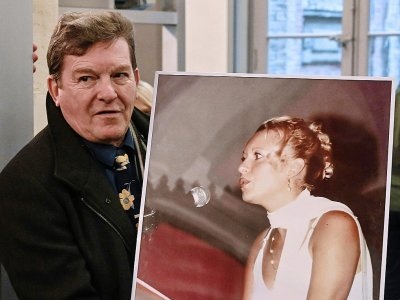 Jacky Kulik avec le portrait de sa fille Elodie, violée et tuée en 2002, au Palais de justice d'Amiens le 21 novembre 2019    DENIS CHARLET [AFP]
