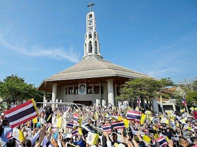 Le pape salue la foule lors d'une visite à la Paroisse Saint-Pierre, le 22 novembre 2019 à Bangkok, en Thaïlande    Vincenzo PINTO [AFP]
