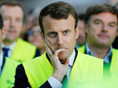 Emmanuel Macron en gilet jaune lors de sa visite à l'usine Whirlpool, à Amiens, le 3 octobre 2017    PHILIPPE WOJAZER [POOL/AFP/Archives]