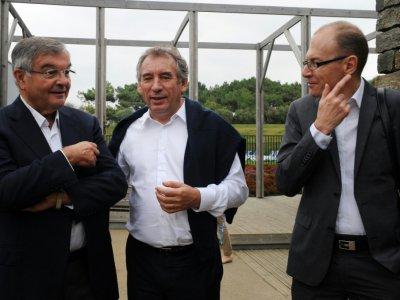 (de G à D) Michel Mercier, François Bayrou et le président de l'Union Syndicale des Magistrats Christophe Regnard, à Guidel (Morbihan) le 29 septembre 2013 - FRED TANNEAU [AFP/Archives]