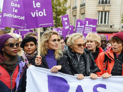 L'actrice Alexandra Lamy (C-G), l'humoriste Muriel Robin (C-D) et l'ancienne ministre de l'Education  Najat Vallaud-Belkacem (2eG) participent le 23 novembre 2019 à Paris à la manifestation contre les violences sexistes et sexuelles - Alain JOCARD [AFP]