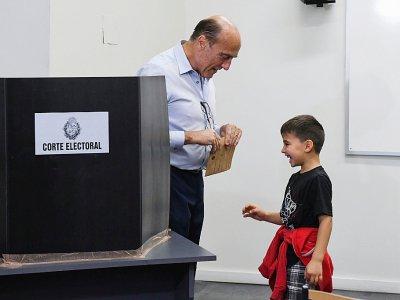 Daniel Martinez, candidat du Frente amplio (gauche) à la présidentielle en Uruguay, le jour du scrutin à Montevideo, le 24 novembre 2019    EITAN ABRAMOVICH [AFP]