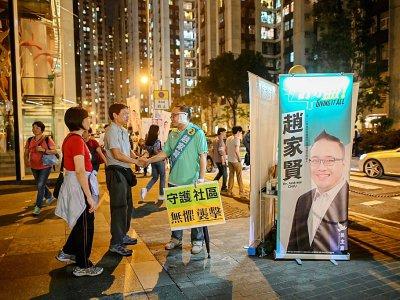 Un candidat pro-démocratie à Hong Kong, Andrew Chiu, serre la main d'électeurs le 24 novembre 2019    Ye Aung THU [AFP]