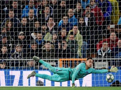 Le gardien costaricien du PSG Keylor Navas plonge pour arrêter un tir, lors du match en Ligue des champions contre le Real Madrid, le 26 novembre 2019, à Madrid    JAVIER SORIANO [AFP]