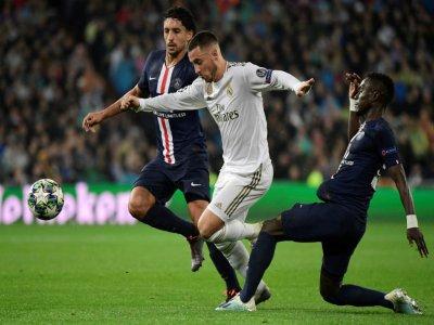 L'attaquant madrilène Eden Hazard au milieu de deux joueurs parisiens, Marquinhos (g) et Idrissa Gueye (d), lors u match de C1 PSG-Real Madrid, le 26 novembre 2019 à Madrid    JAVIER SORIANO [AFP]
